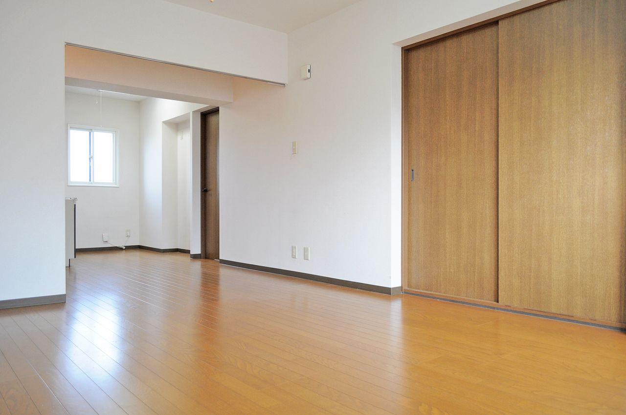 広々15畳のLDK。家具の配置を考えたりで楽しみな空間です。