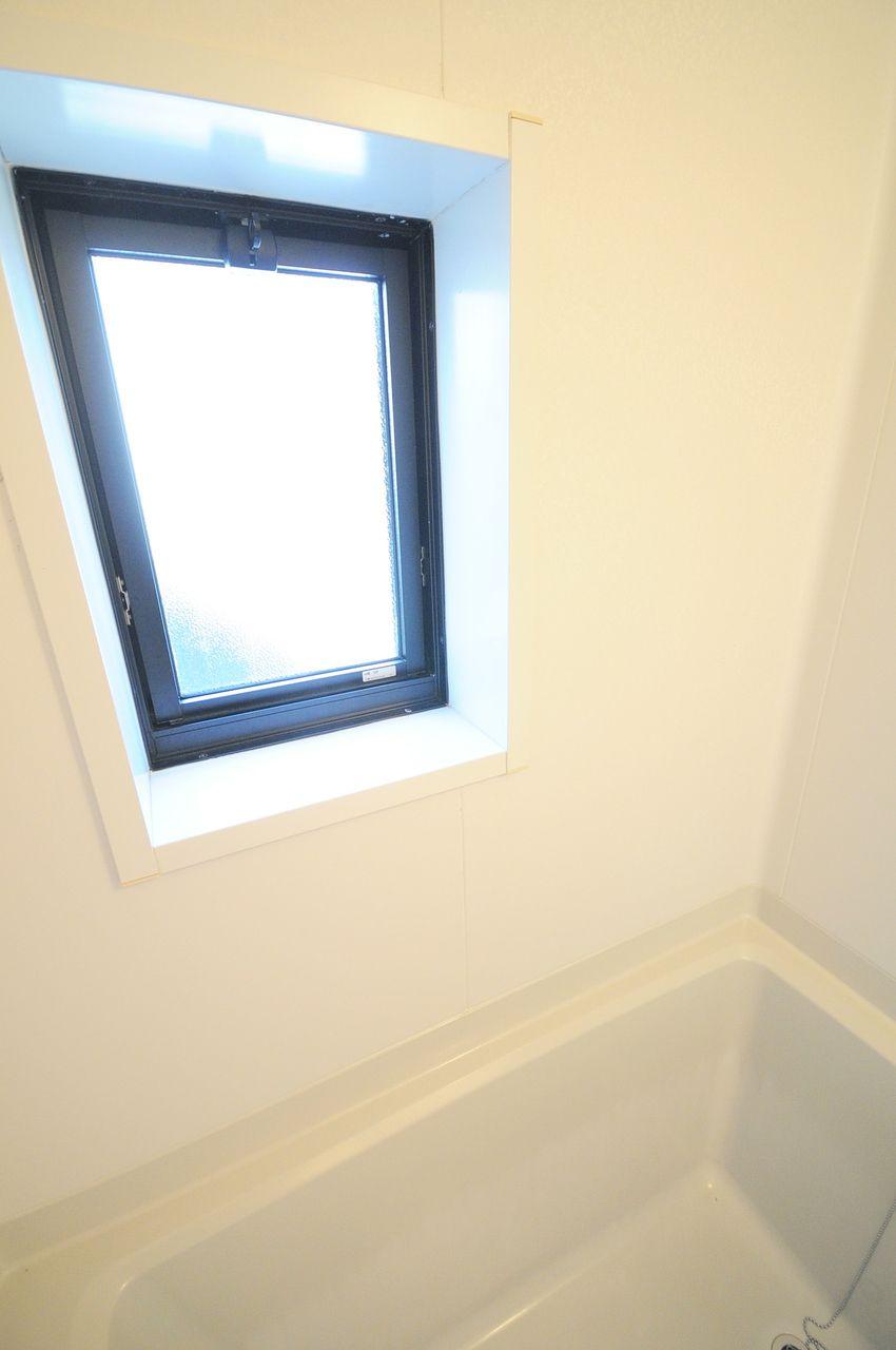 浴室を明るくしてくれるだけでなく、換気もできる為カビの増殖を防ぐのに役立ちます。