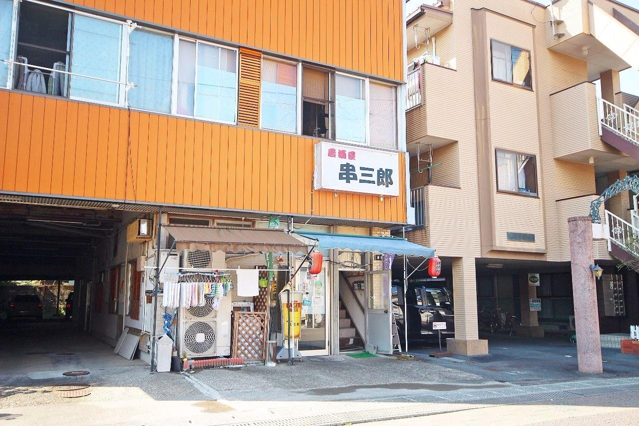 階段を下りてすぐ右手にあるのが居酒屋・串三郎。晩御飯をここで済ませるのもアリですね。