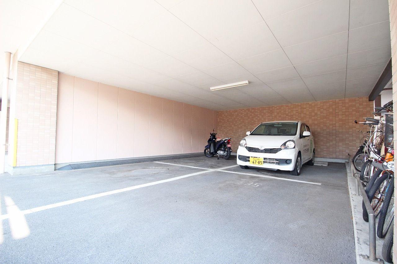 雨の日の乗り降りなどが助かる屋根付駐車場。