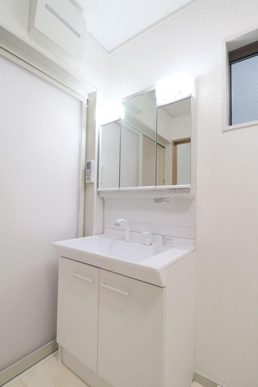 朝シャンも楽々!時短に効果的なシャワー洗面台です。伸びるタイプなのでボウルのお掃除も簡単♪