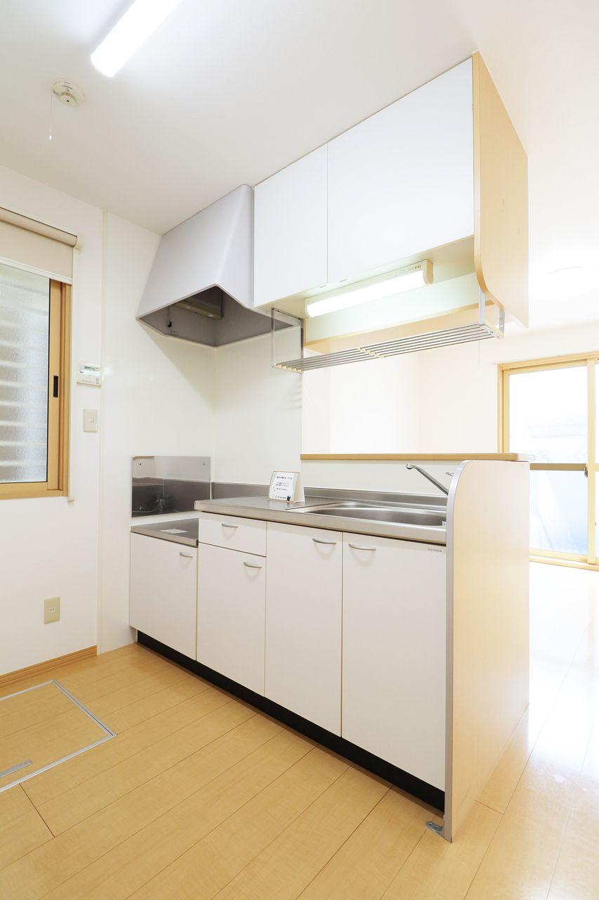 ゆとりのある作業スペースが確保されたキッチン。カウンター越しにリビングを見守りながら料理に取り組めます。