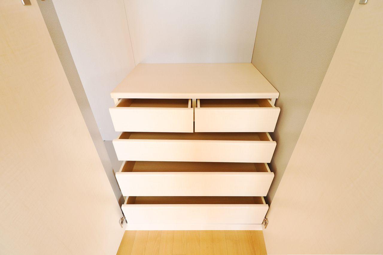 洋室には収納力が高いクローゼット&収納。プラス細かい物を収納するのに便利な整理タンスも付いています!