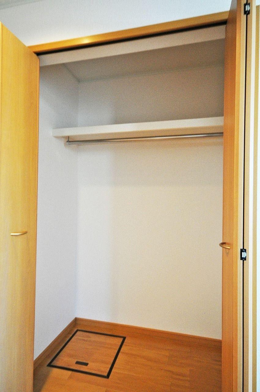 収納はLDKにあるクローゼットだけです。が、背が高いので床部分・上部を使えば収納力は高いです。