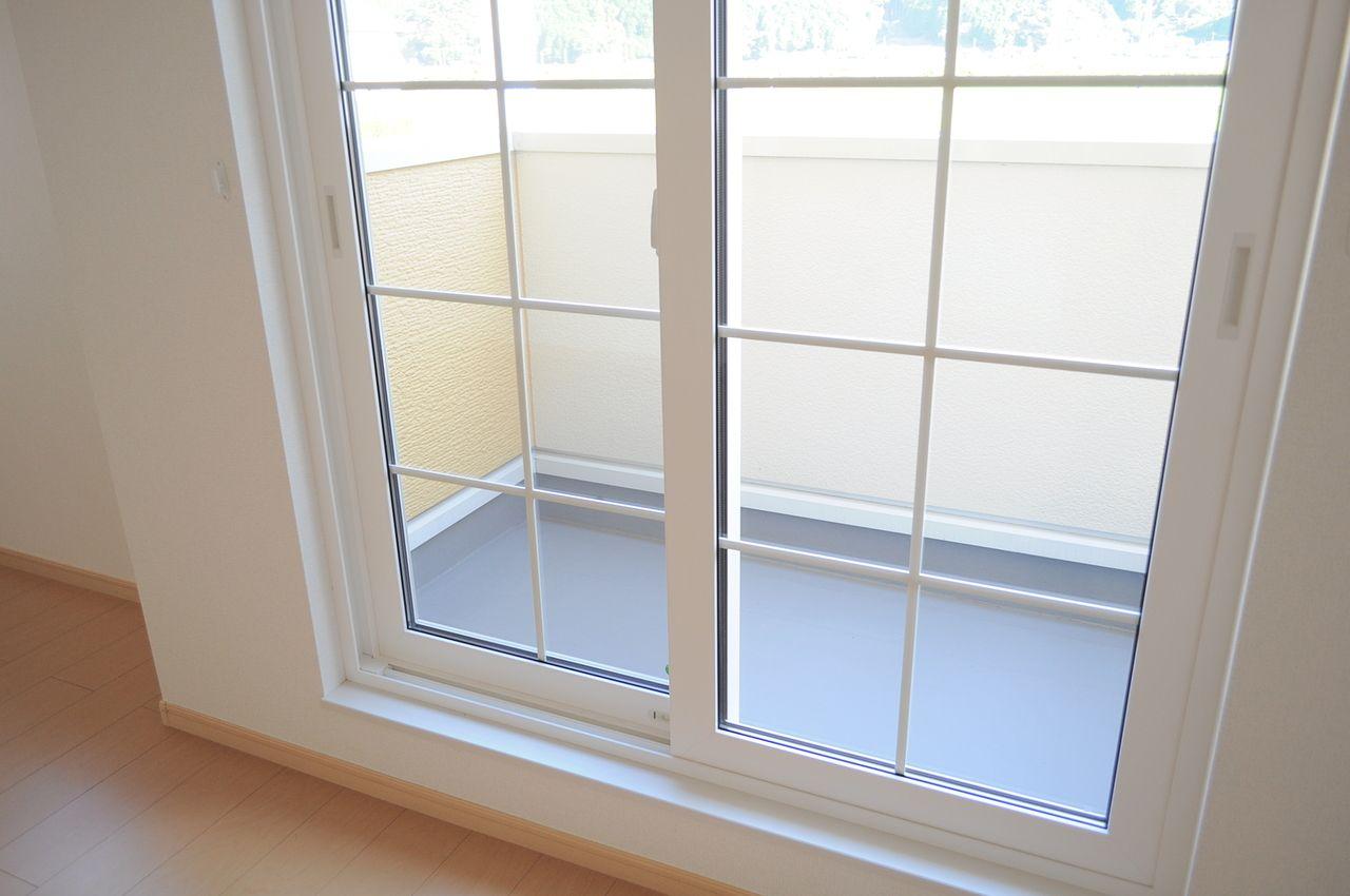 断熱性能に優れたペアガラス。空調機器との相性もよく、省エネにつながるかもしれません。