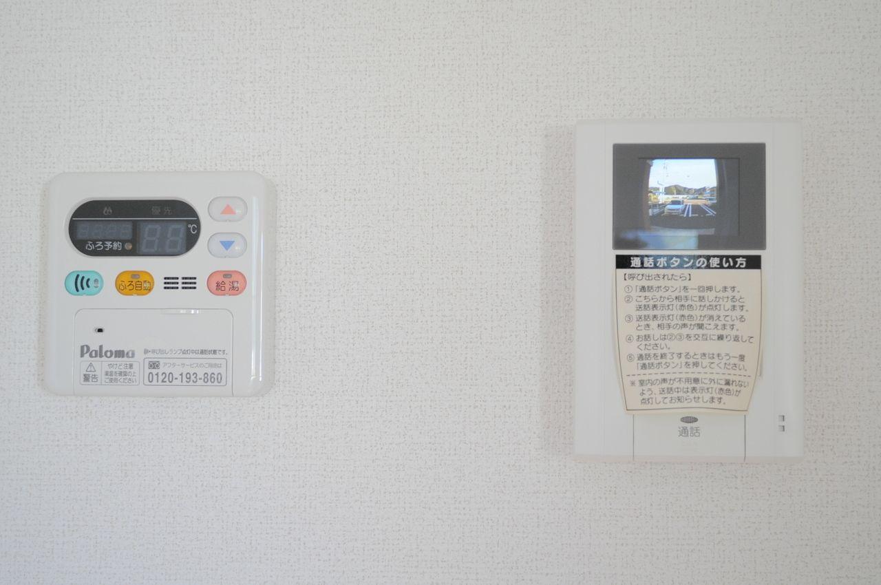 給湯器のリモコンがあるのでお風呂はボタン一つで沸かせます♪カラーモニターホンもあるので、玄関を開けずに来訪者を確認できるのもいいですね。