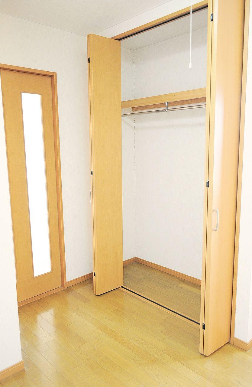 DKにあるクローゼット。洋室にも収納があるのでここにはトイレットペーパーなどの日用品や掃除機など入れておくといいかもしれません。