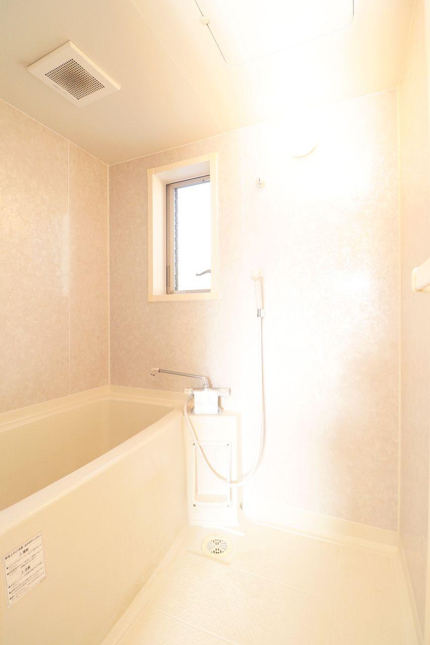 浴室には窓があります♪換気扇だけでは防げないカビの繁殖を抑える効果があります。窓を開けて換気扇を回すと、浴室内の空気が循環し、換気扇のパワー不足を解消することができますよ。