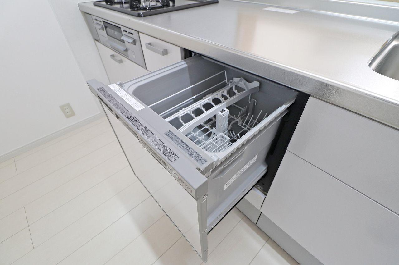 なかなか賃貸物件では目にかかることが少ない食洗機付いています!めんどくさいが、少しでも楽になる、あると嬉しい設備です。