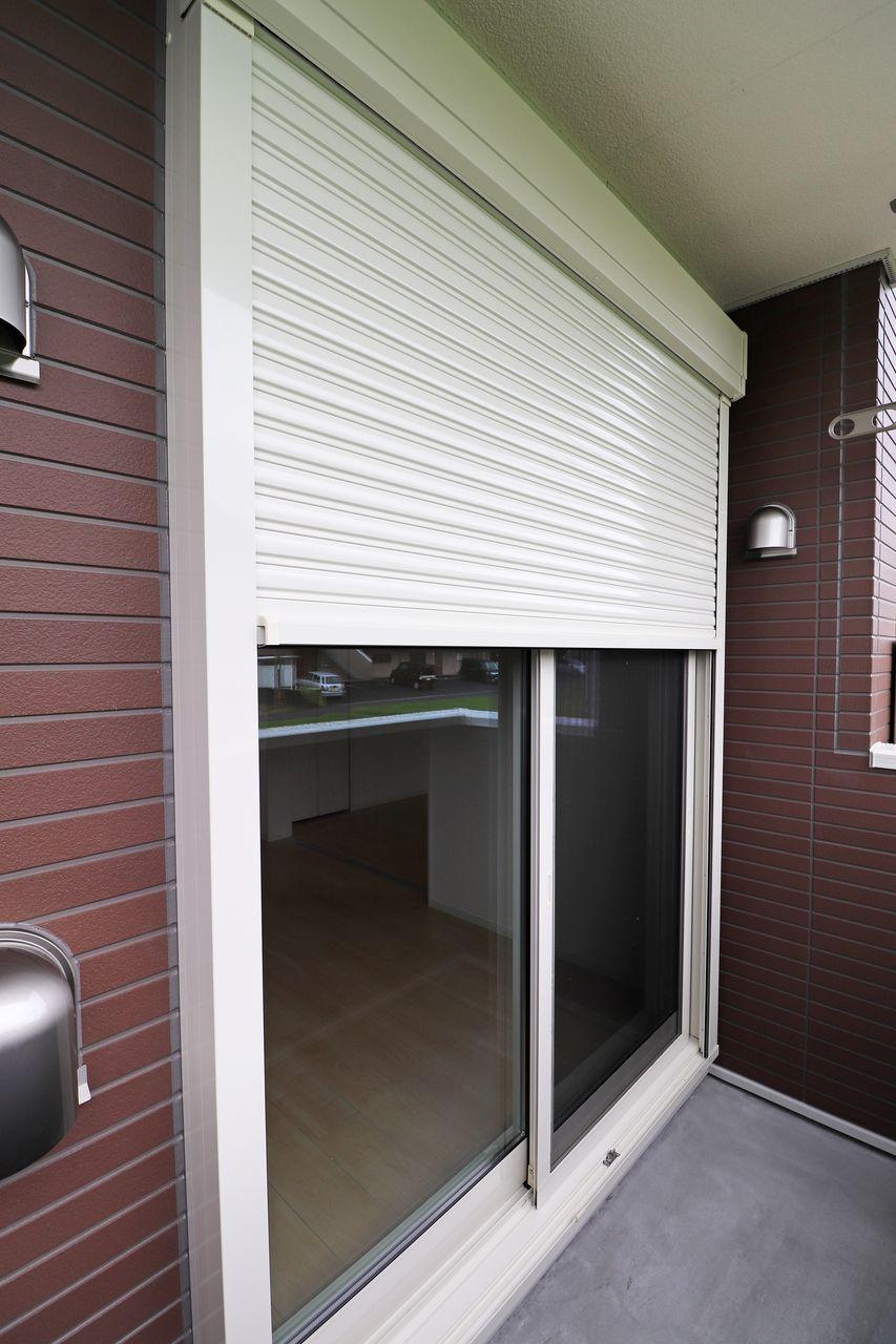 台風や大雨の際は強風や飛来物による窓まわりの被害を低減できますし、外部からの視線を遮ってくれるのでプライバシーが守られます。