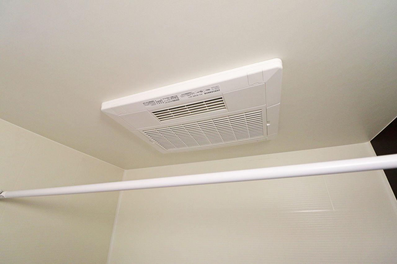 浴室利用後の蒸気をすばやく解消することができ、イヤなにおいやカビを防止するのに役立ちます。お掃除もラクちんで、いつでも清潔に保てます。