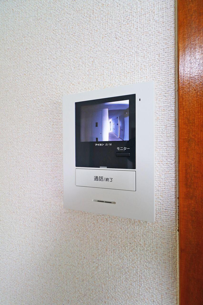 室内にいながら来訪者の顔を確認できます。1人暮らしの方にはあると嬉しい設備。