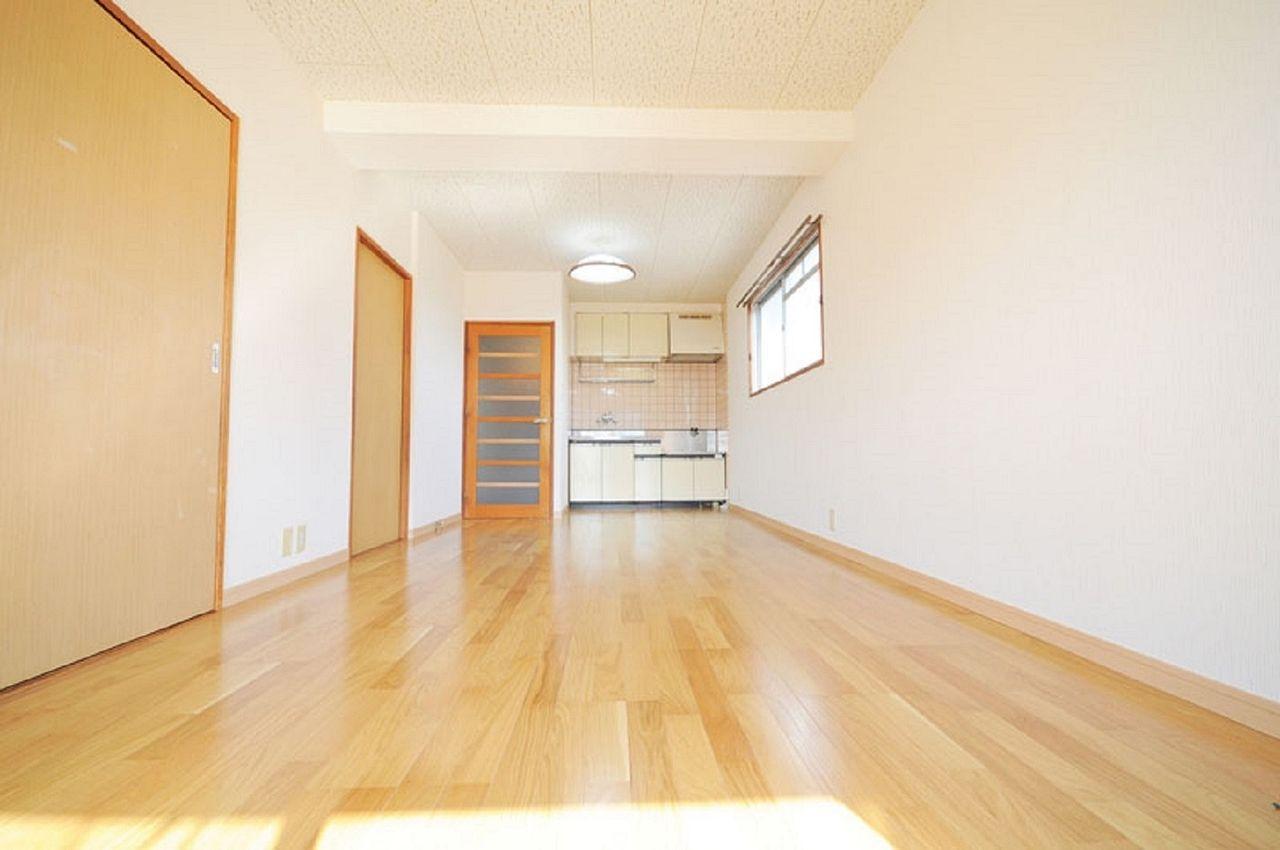 洋室・和室が隣接したLDK。※募集中のお部屋は中部屋なので南側の窓のみです。