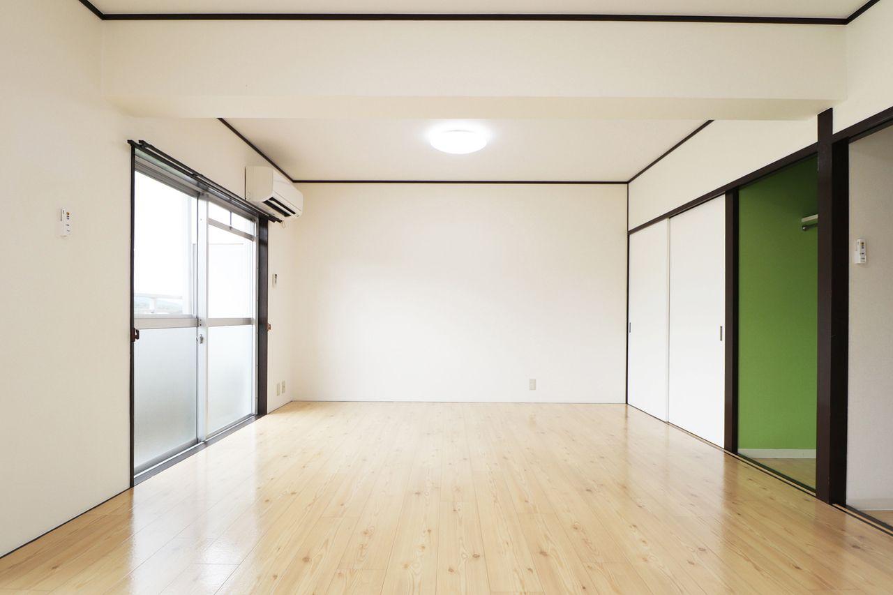 家具を置いてもまだまだスペースがある広々とした洋室。クローゼットもあるので収納上手になれそう♪