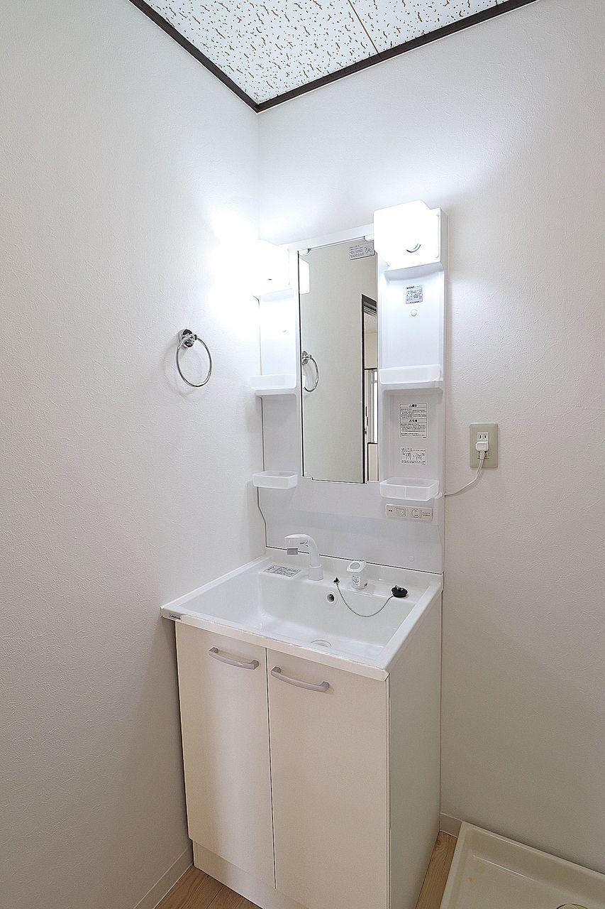 洗面ボウルは意外と汚れやすい場所。伸びるタイプなのですみずみまでキレイにできます。朝の寝癖直しにも◎