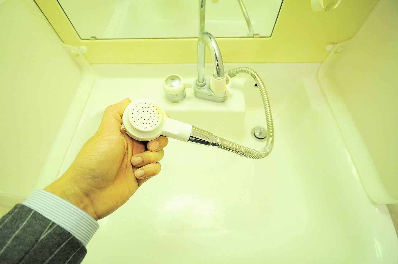 伸びるタイプのシャワー洗面台です。朝の寝癖直しはもちろん、ボウルのお掃除などにも役立ちます。
