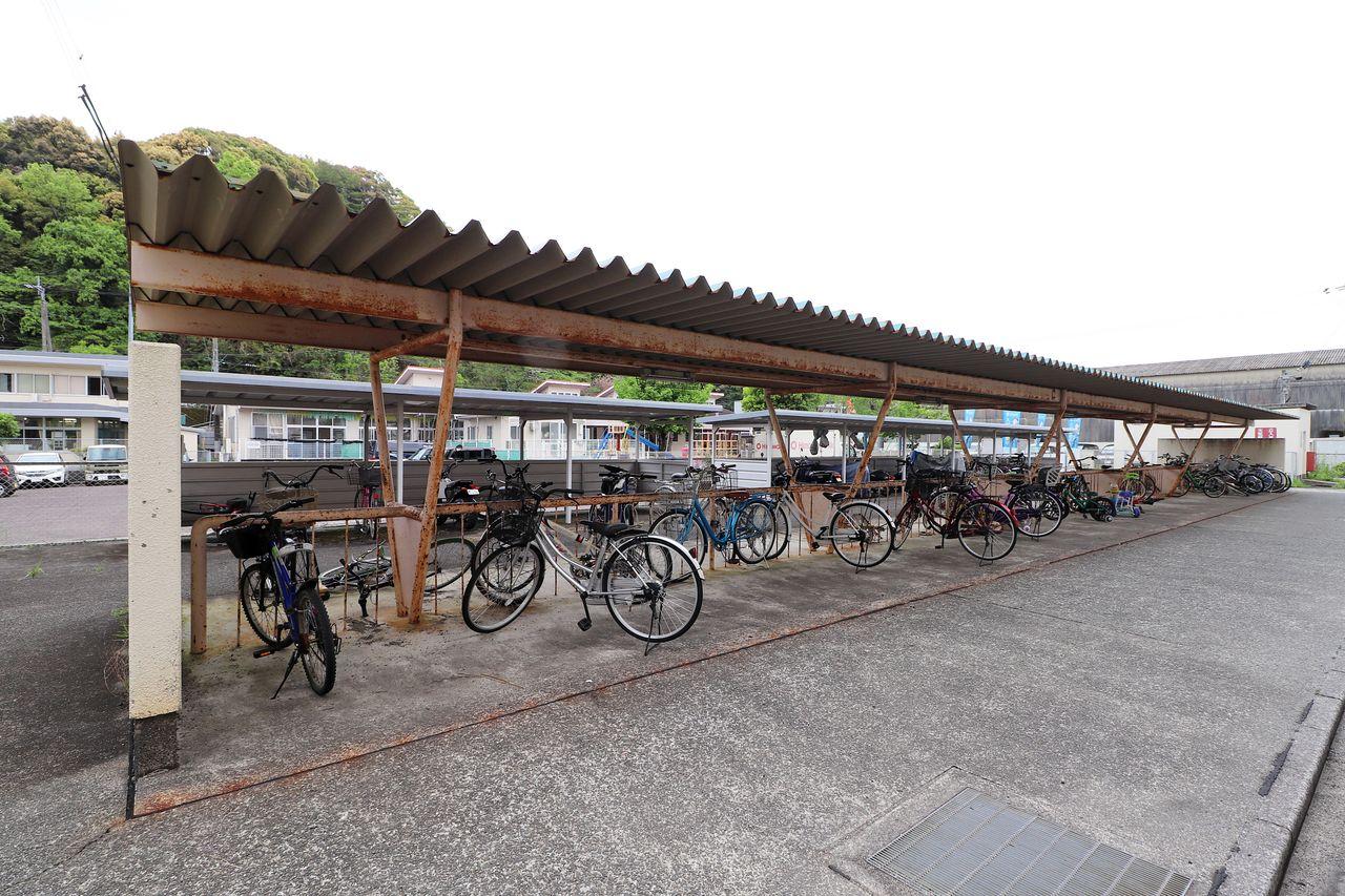 屋根があるので、雨風によって自転車が汚れにくいです。