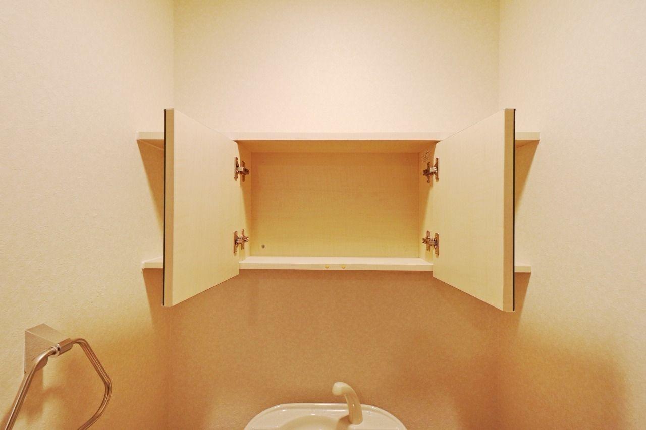 トイレの裏の鏡は収納です。両サイドは飾り棚として、鏡の裏は見せない収納としてどうぞ。