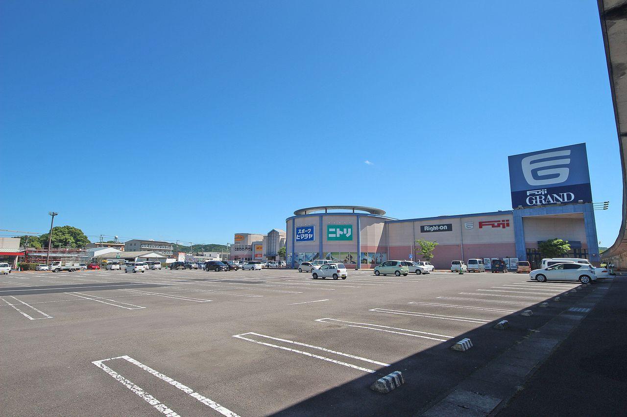 フジグラン四万十から約230mの距離に建築中。買い物がとても便利な立地です。