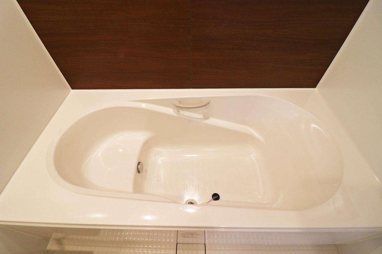 エコベンチがついた一坪風呂。ゆったり足を伸ばして半身浴もできちゃう。一日の疲れをここでリフレッシュ!