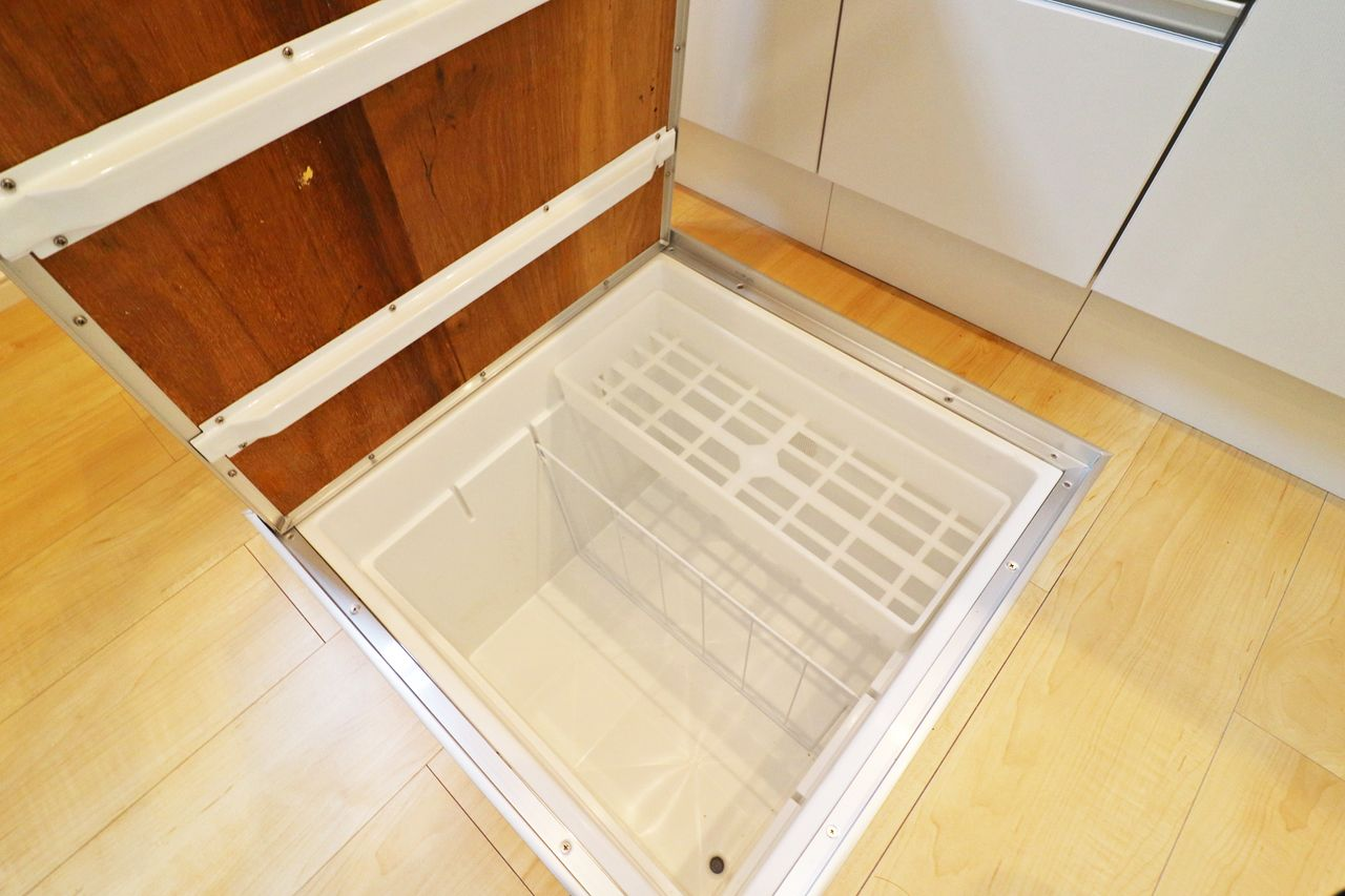 非常食や食品のストックなどを保管するのに便利です。あまり重いものを入れるのはNGです!