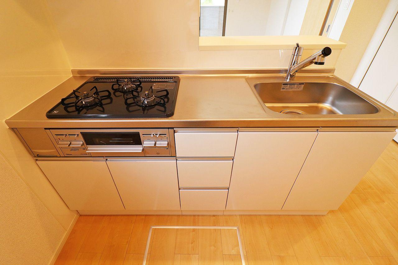 ガス3口+グリル付きのカウンターシステムキッチン。調理しやすい環境で、料理の幅も広がりそうですね。