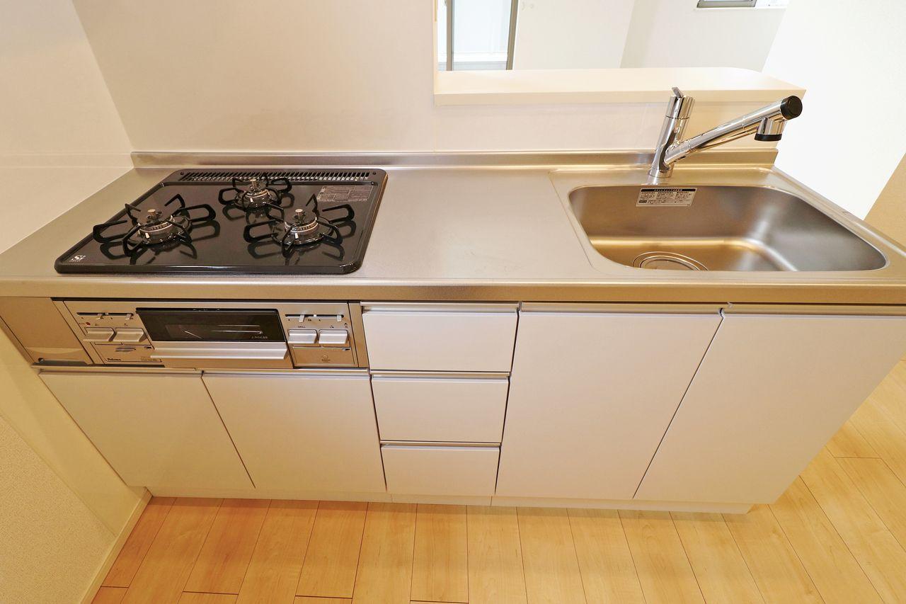 ガス3口+グリル付きのカウンターシステムキッチン。きれいなキッチンがあるとお料理もいつも以上に気合が入りそう☆
