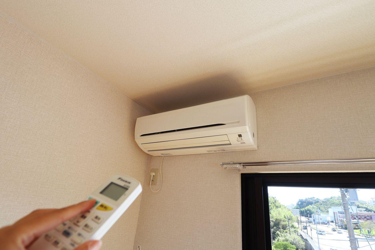 洋室にエアコンがついています。これだけでも初期費用が抑えられるので助かりますね。