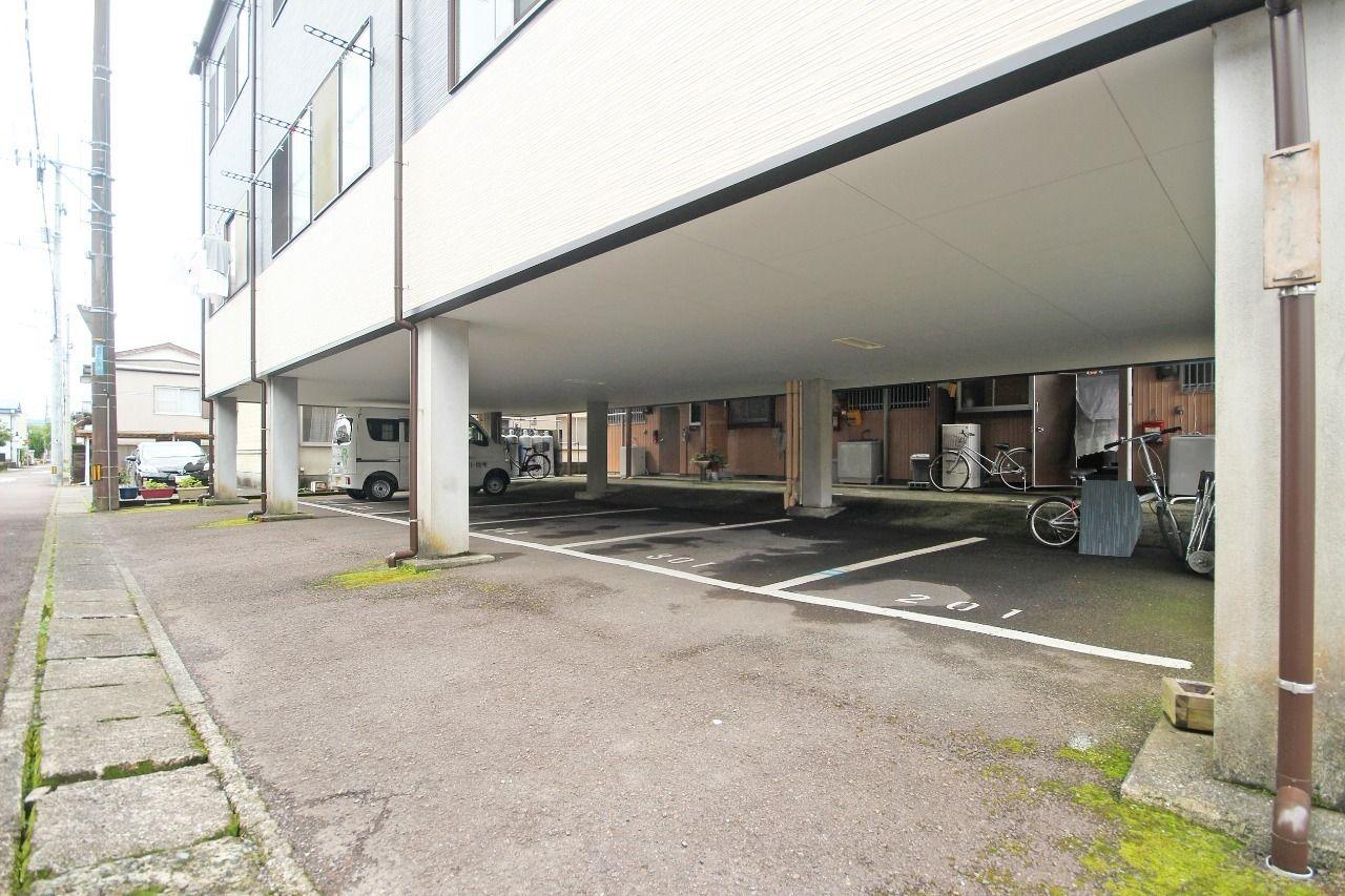 1階部分が駐車場です。雨の日でも乗り降りが楽で、大切なお車を雨ざらしにはさせません!