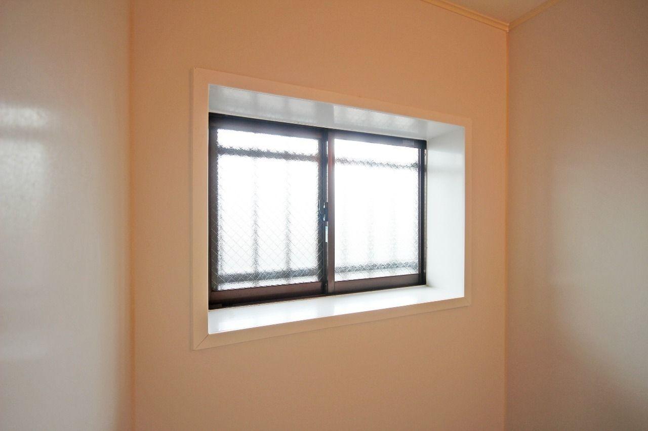 換気扇だけより、換気能力が高くなる浴室窓があります。お風呂場が明るくなるというメリットも。