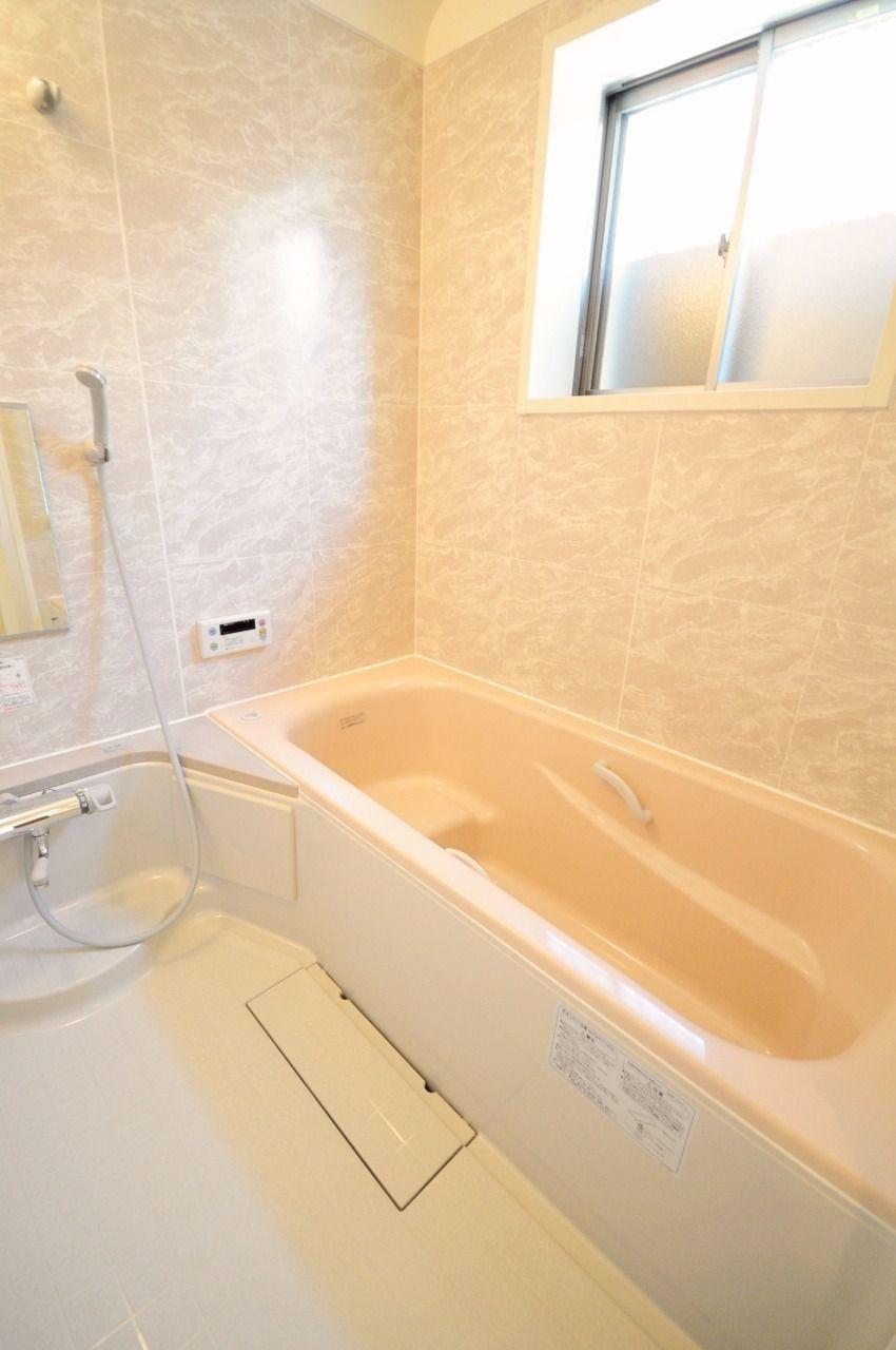 足をのばしてゆっくり浴槽につかり、日頃の疲れを癒しましょう。浴室窓もついていて明るい浴室です。