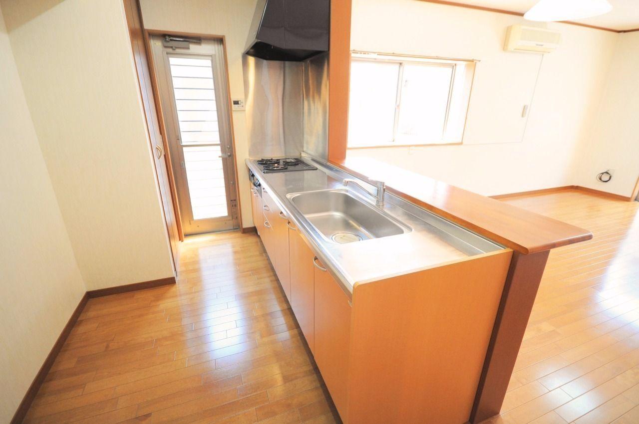 ゆったりサイズのキッチンはお料理好きな方には嬉しい!背面には収納もあるので食品のストックもできますね。
