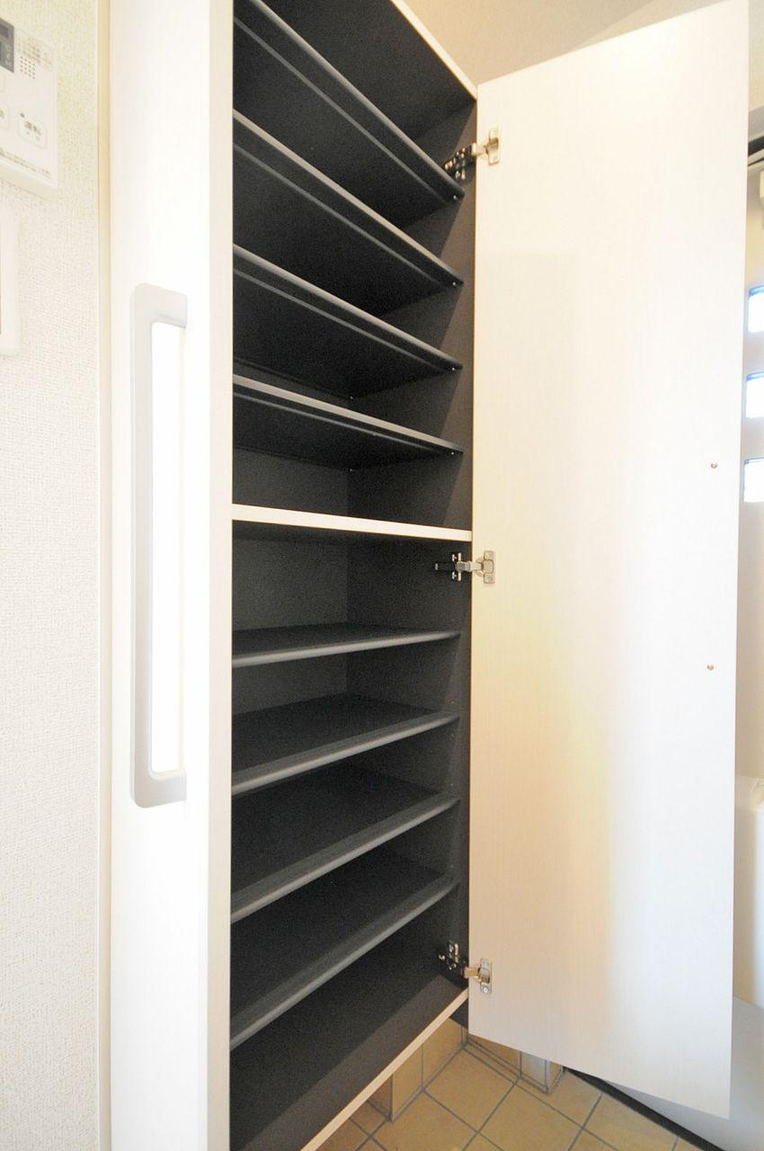 姿見付きのシューズボックスです。玄関に散らかりやすい靴をキレイに収納してくれます。