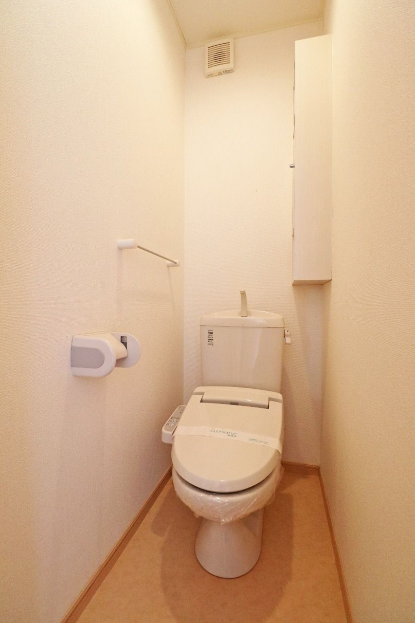 トイレはウォシュレット機能付き。冷たい便座に心臓がびっくりすることはありません。