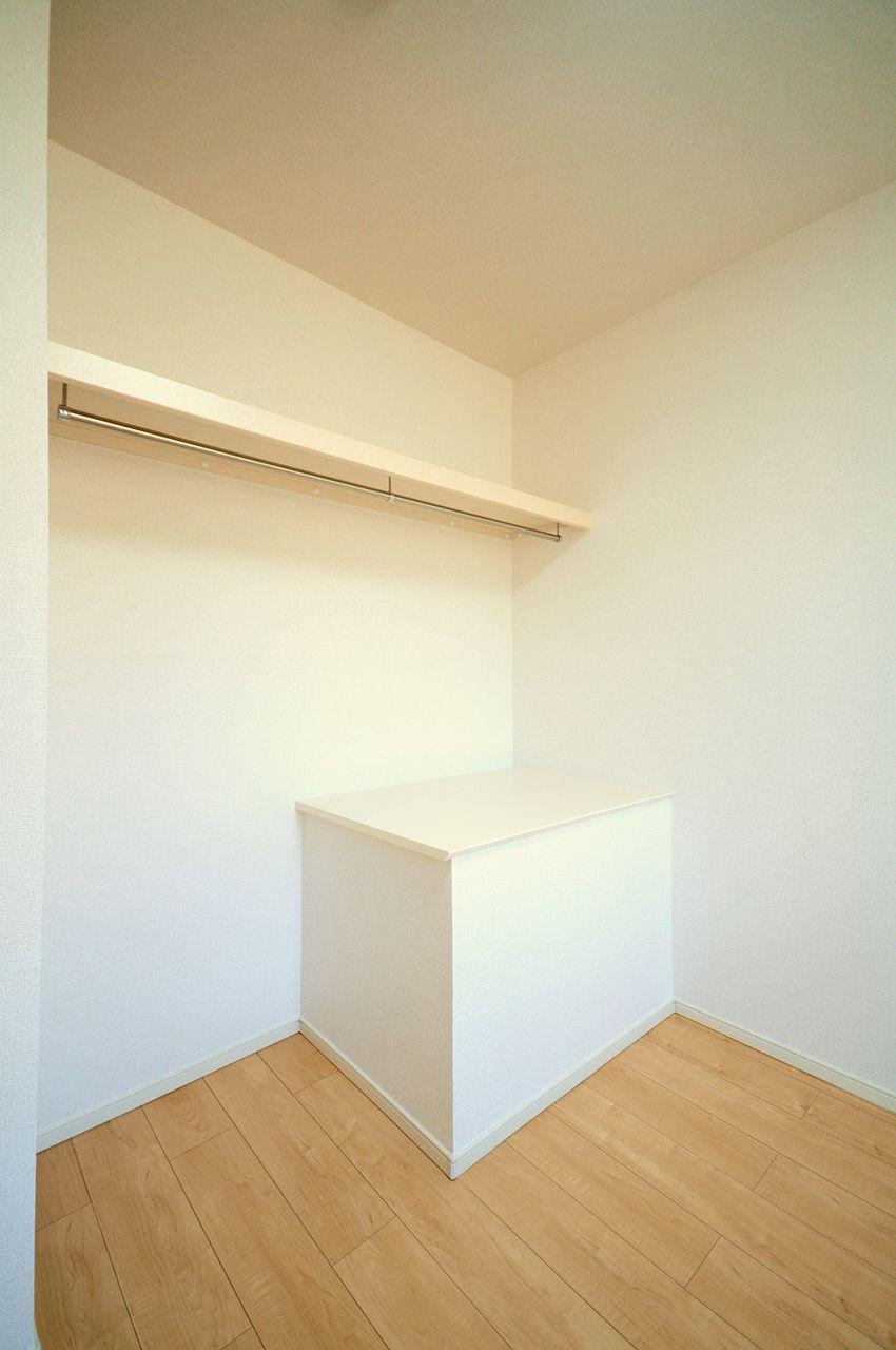 開放的な魅せる収納が出来る人にオススメなオープンクローゼットが洋室にあります。