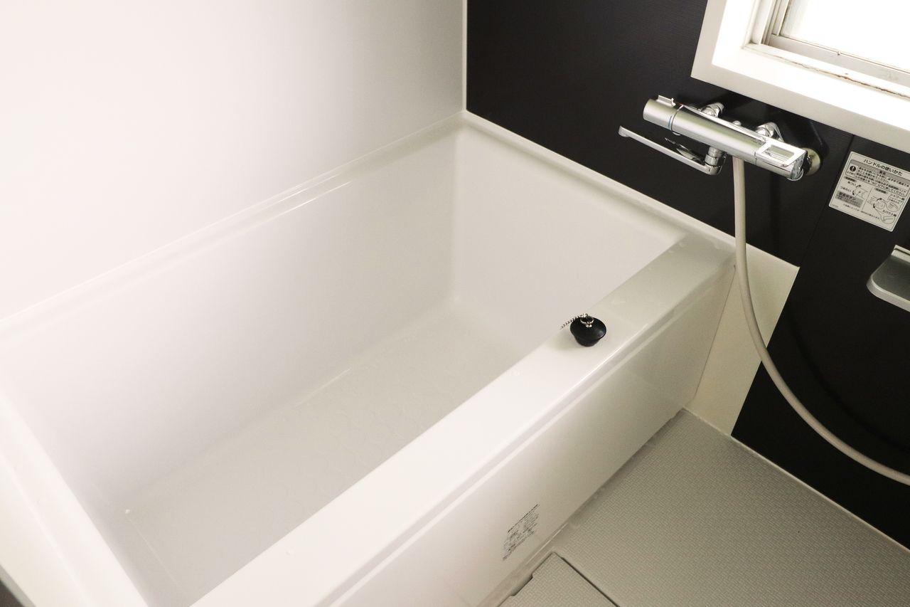 温度調節ハンドルの目盛りを合わせるだけで、安定したお湯が吐水できます。お湯が出てくるまでの捨て水が少なく経済的です。