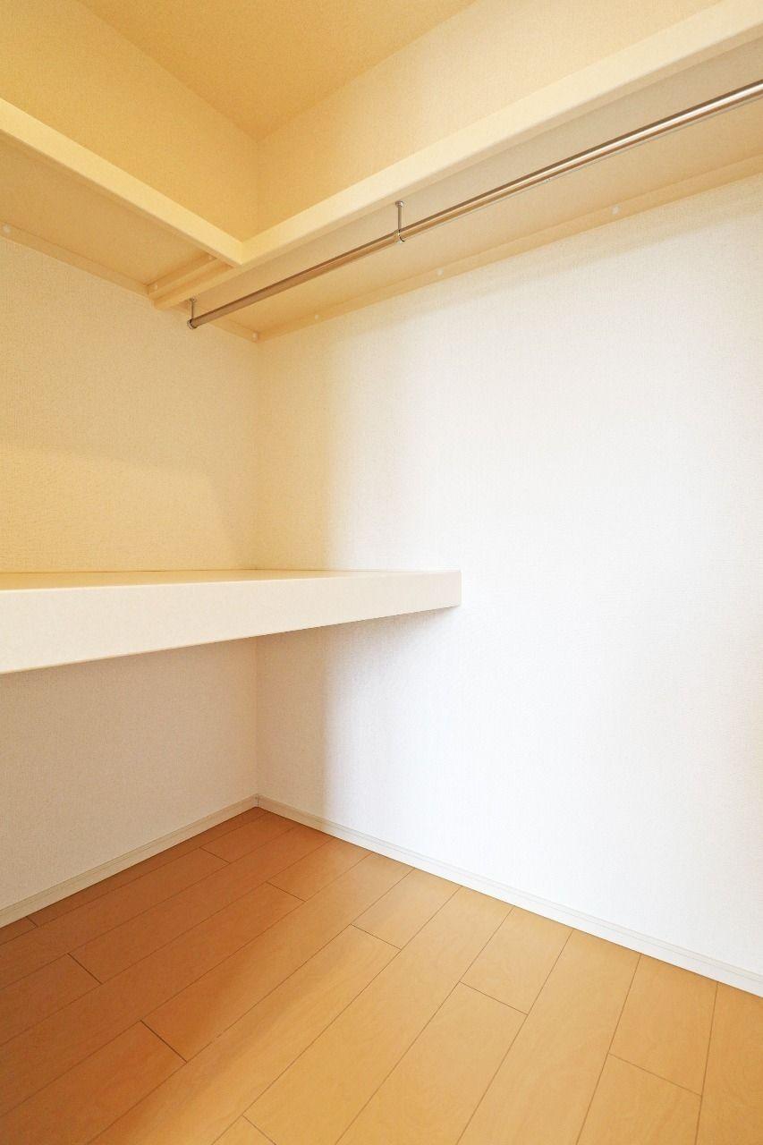 洋室は二部屋ともウォークインクローゼットです。衣類がたくさんあっても大丈夫です。