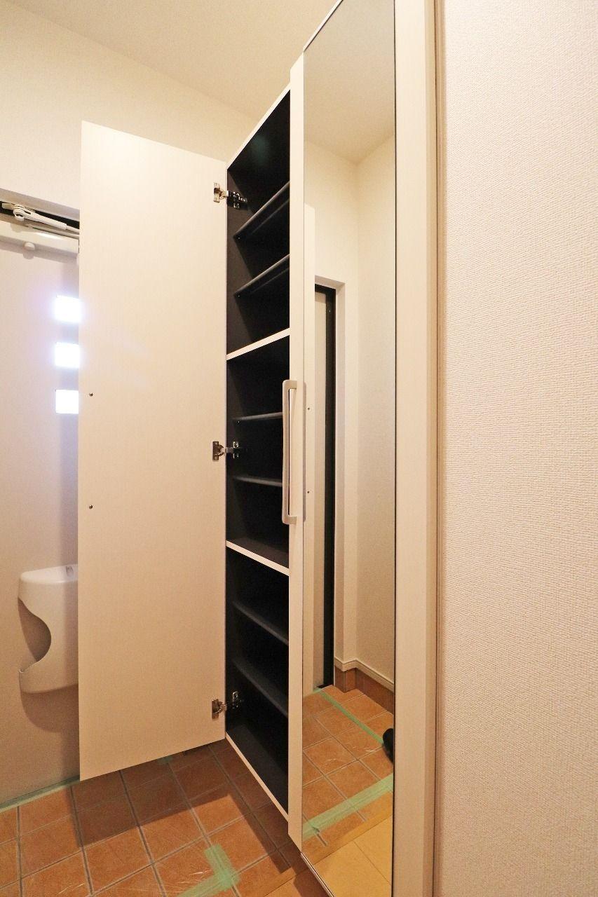 姿見鏡が付いた大きな下駄箱があります。靴をたくさん持っている方でもしっかり片付けられます。