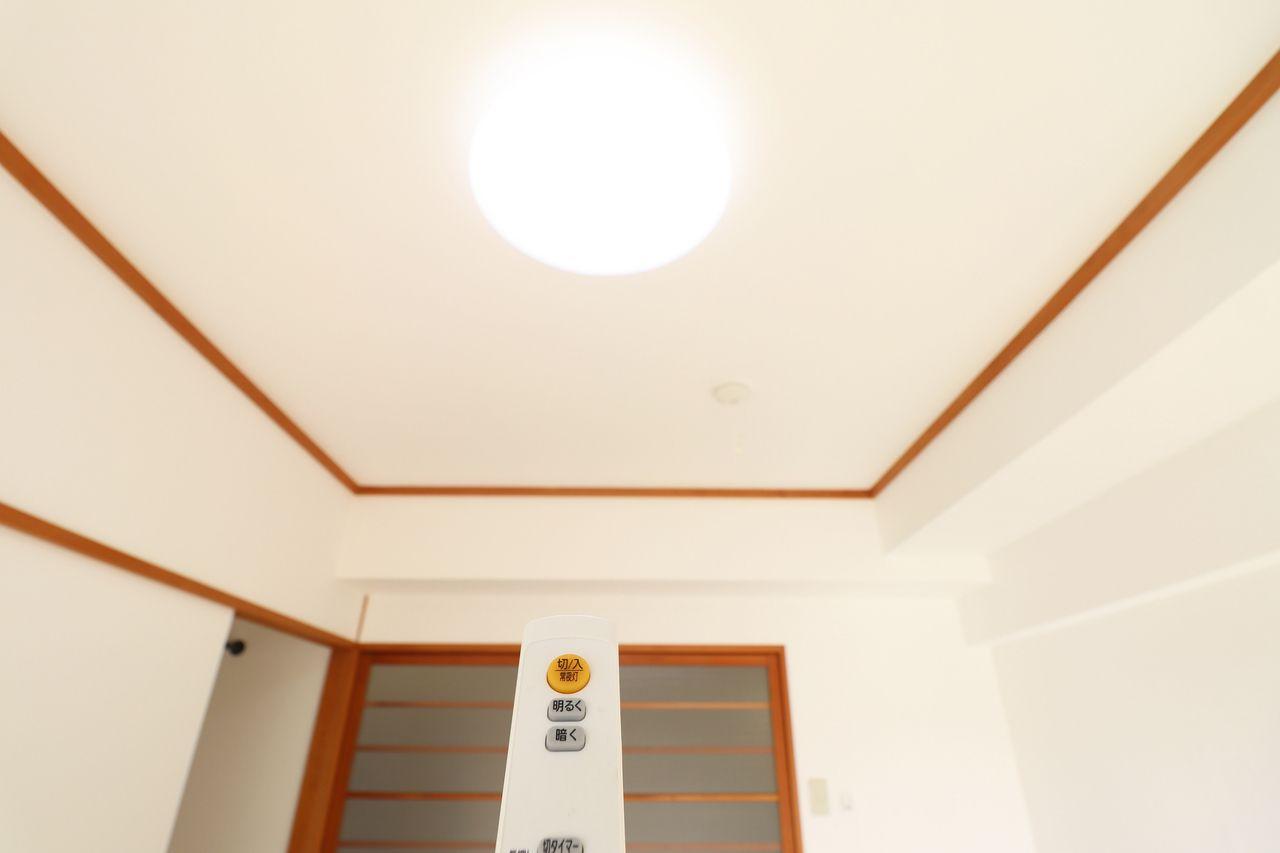 約40,000時間の長寿命LED照明。コスト削減だけでなく、発熱が少ない、有害物質を含まない、虫が寄りにくいなどのメリットもありますよ♪