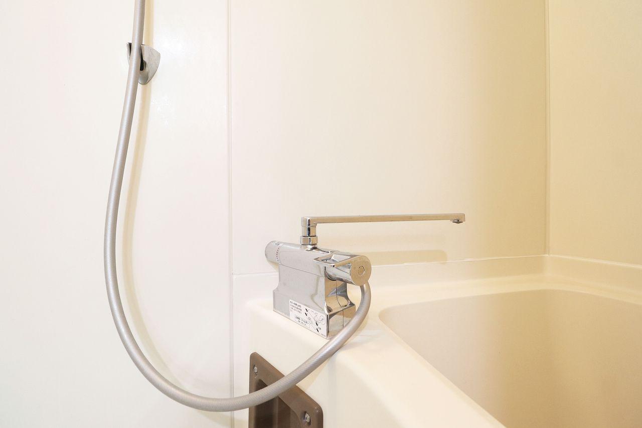 すばやく自動で温度調節してくれるので捨て水の量を最小限にすることができます。こまめに2つのハンドルをひねって温度を調節する手間も省ける点も大きなメリットです。