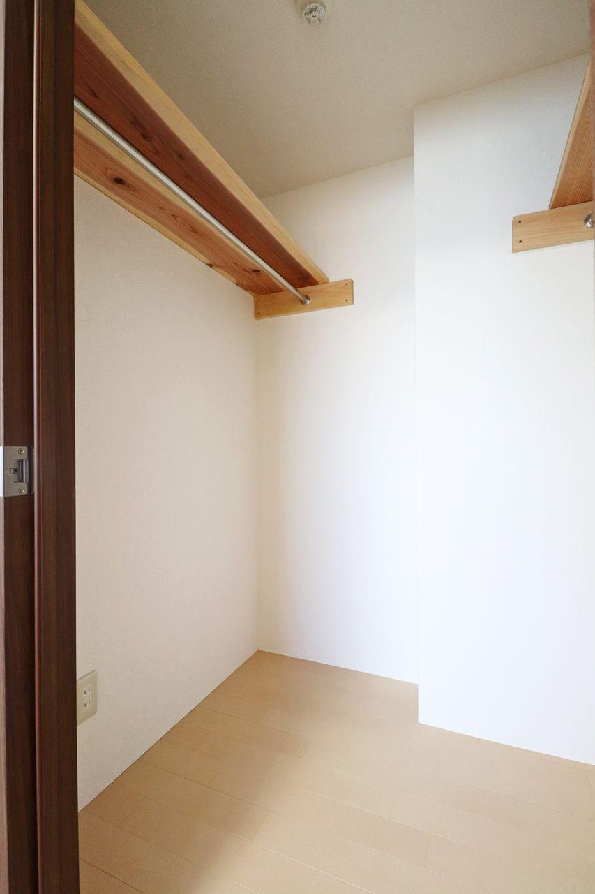 北側洋室にはウォークインクローゼットがあります。LDK横の洋室にも壁一面のクローゼットがあるので、洋服の多い方でも安心!