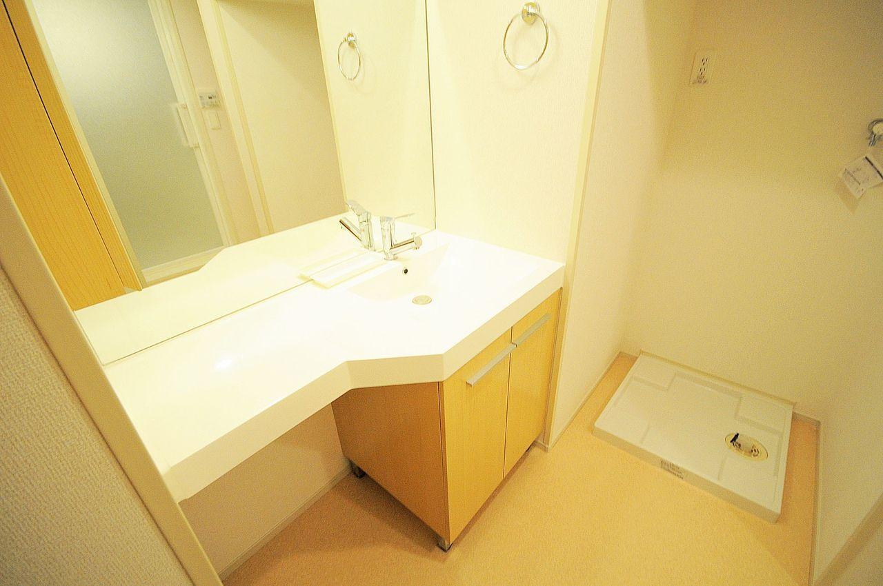 賃貸ではあまり見かけないゴージャスな洗面台。横幅があり、化粧品を置くスペースがあるので、ゆったり使用することができるんじゃないでしょうか。