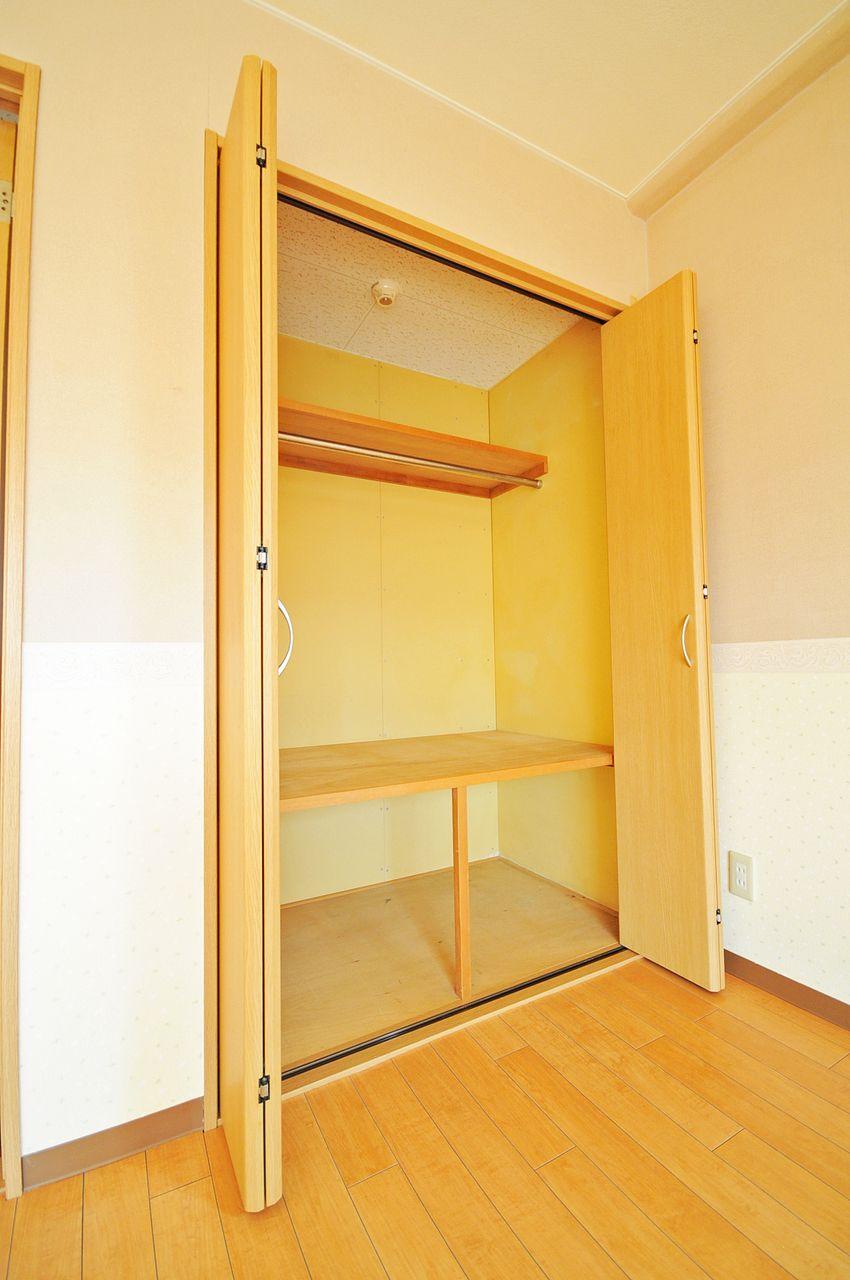 ひとり暮らしならちょうど良いサイズのクローゼット。スッキリと片付いたお部屋を保てそうです。