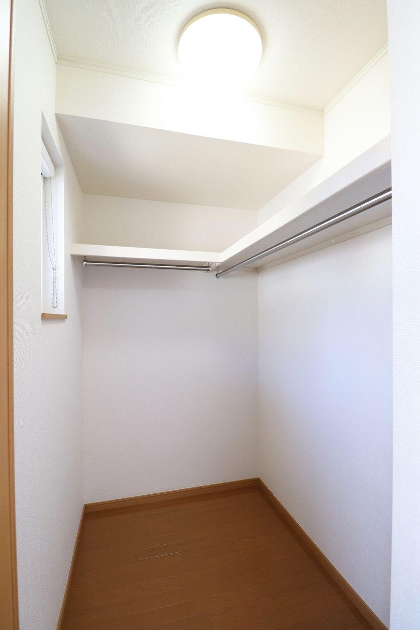 大型のトランクや収納ボックスなどを収納しやすいです。小窓も付いてますので換気もバッチリできます(^^)