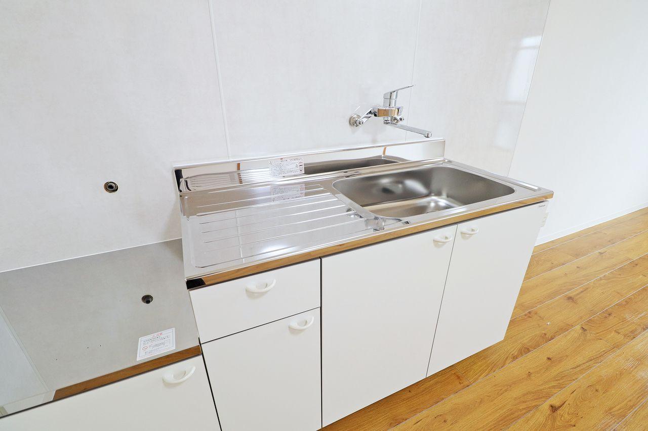 なんと新しいキッチンが備え付けられています。清潔感があって部屋の雰囲気が明るくなります。