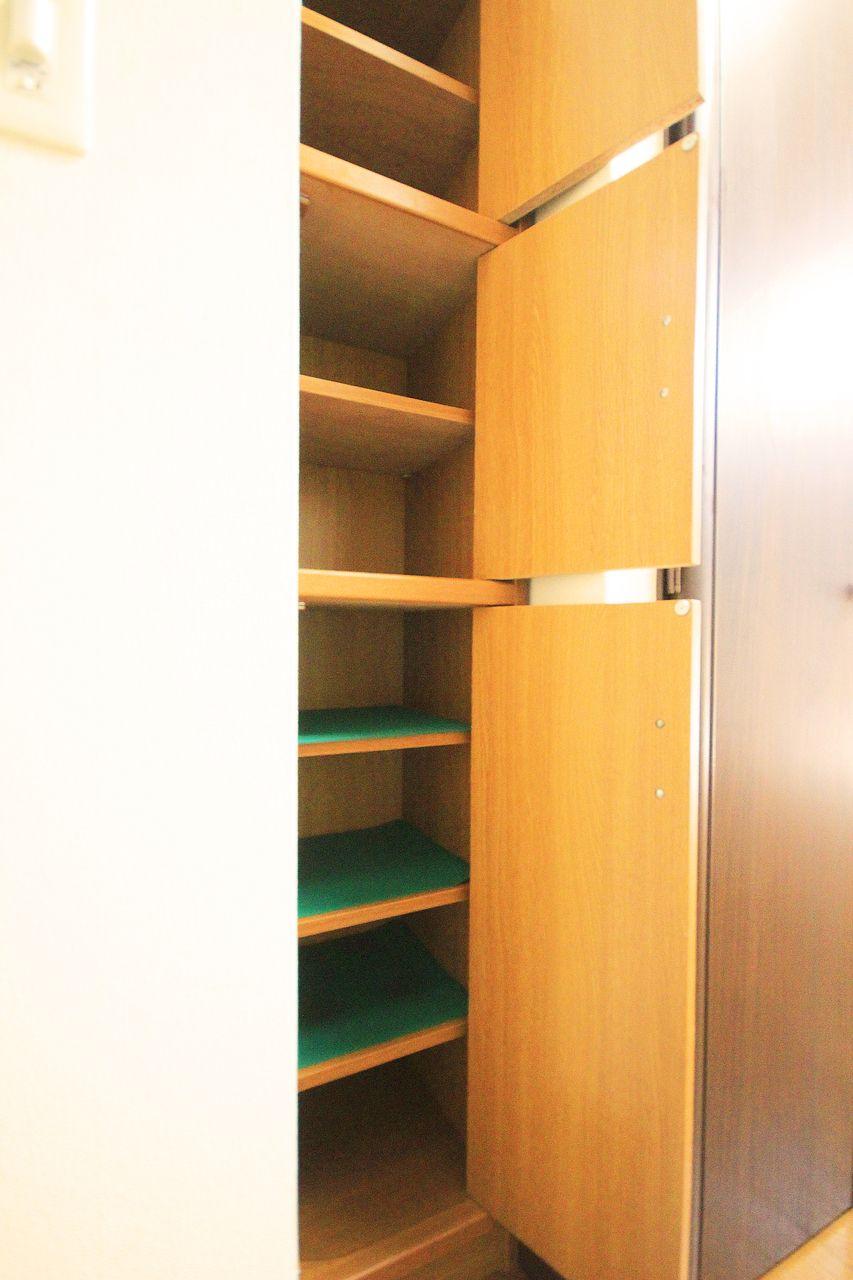 ひとり暮らしにはピッタリサイズのシューズボックス付きです。玄関はいつもスマートに。
