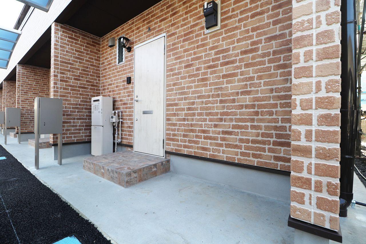 玄関ドアの横に各部屋駐輪スペースがあります。大切な自転車を雨による錆から守ってくれます。