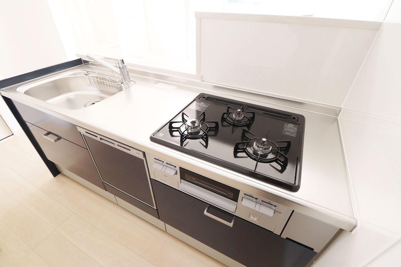 グリルのついているガス3口のシステムキッチン。食洗機付きのカウンター仕様でもあるので料理が楽しくなりそうです!