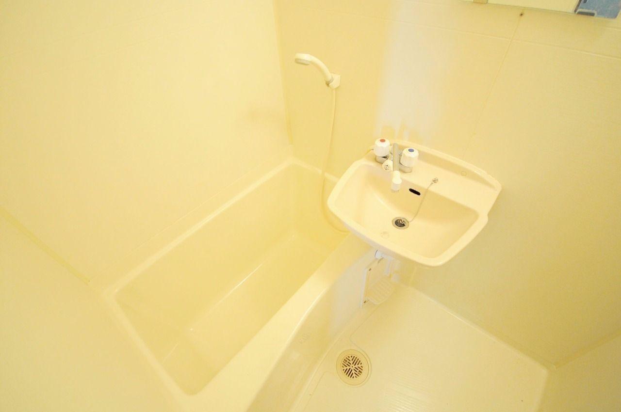 キレイな洗面台付きの浴室です。