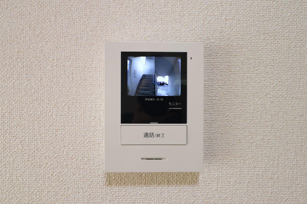 来訪者をカラー映像で確認できるモニターホン。ドアを開ける前にはしっかり要件を聞くようにするだけでも防犯性はグッと上がります。